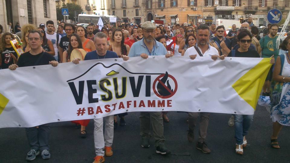 """""""Vesuvio basta fiamme"""" Si alza la protesta"""