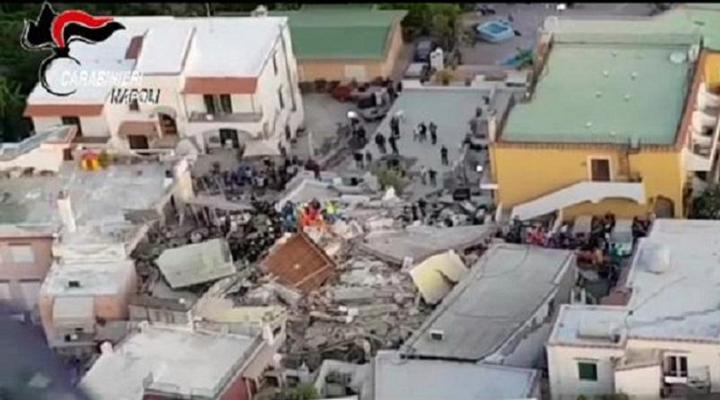 Terremoto ad Ischia. Due morti. Estratti dalle macerie tre bambini