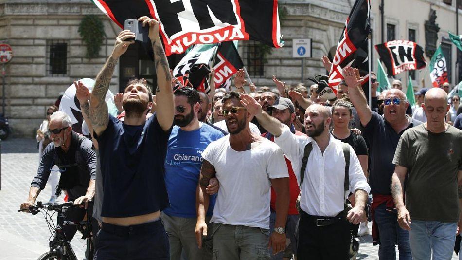 A Pistoia vince don Biancalani, solo il fascismo viene fischiato