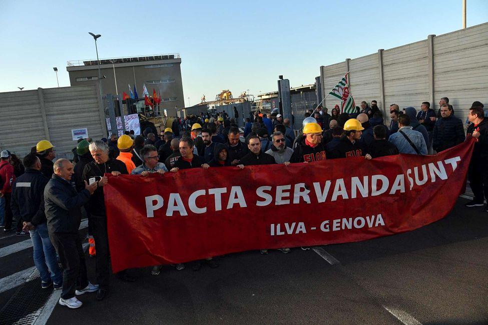 Ilva, Calenda annulla le trattative e gli operai scioperano