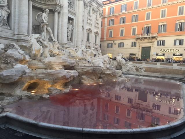 La Fontana di Trevi si colora nuovamente di rosso