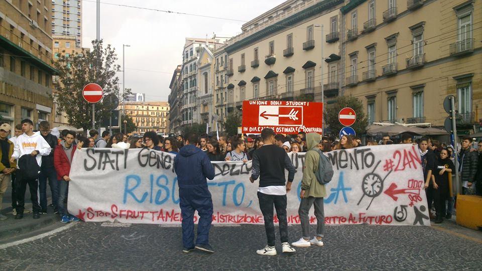 """Gli studenti in piazza a Napoli  protestano: """"No allo sfruttamento scuola – lavoro"""