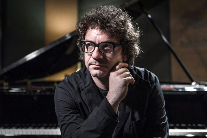 """Remo Anzovino, chi è il compositore dietro la colonna sonora del film """"Van Gogh. Tra il grano e il cielo"""""""