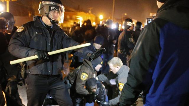 """""""Spariamo solo ai neri"""": la polizia americana dai grilletti facili"""