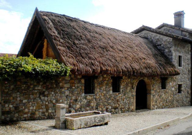 Museo della Vita Contadina a Fagagna (Udine). Il museo è ospitato nelle Cjase Cocèl, antica dimora friulana del '600.  Notare il tetto di paglia. Aperto la domenica. Foto di Cinzia  Albertoni