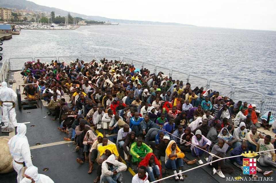 Pozzallo, il faticoso sbarco dei migranti da smistare in Europa