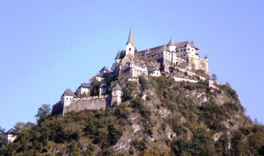Rocca di Hochosterwitz, il castello austriaco più bello della Carinzia. Si raggiunge superando 14 portoni uno diverso dall'altro e risalendo le mura che a spirale avvolgono il colle – foto di Cinzia Albertoni