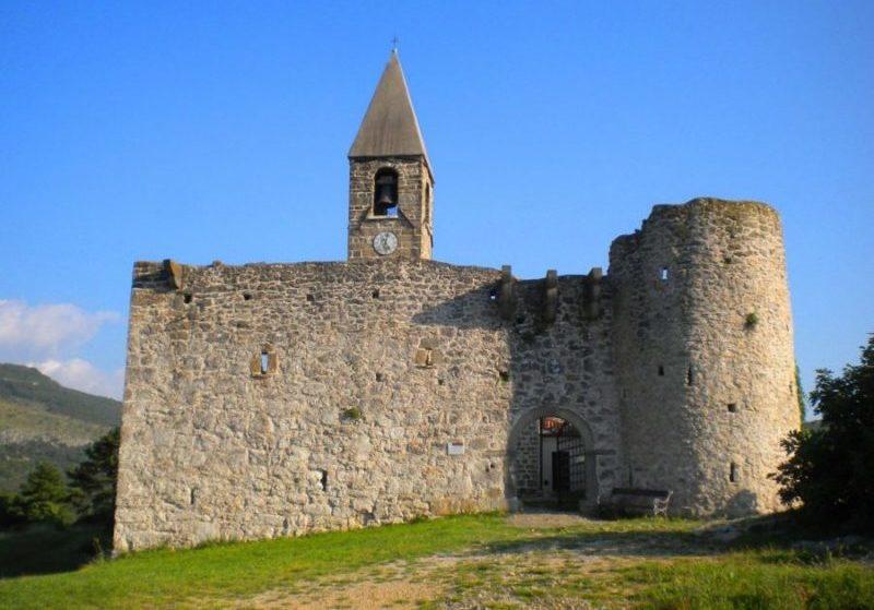 Chiesa fortificata della SS, Trinità di Hrastovlje in Slovenia. Nel XIV secolo fu circondata da mura contro gli assalti turchi. Foto di Cinzia  Albertoni