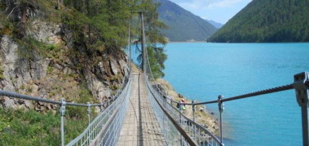 Ponte sospeso sul lago di Vernago in Val Senales (Bolzano). Foto di Cinzia  Albertoni