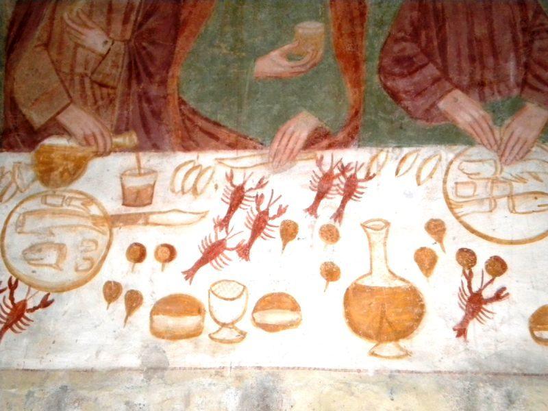 Negli affreschi delle Ultime Cene eseguiti dal Trecento al Cinquecento in Veneto, Trentino, Friuli, ma anche lungo tutta la dorsale alpina, sono presenti i gamberi rossi di fiume. Erano un cibo apprezzato dai popolani settentrionali, ma nei dipinti sacri acquistano una valenza simbolica: rappresentano l'eresia e il peccato per via del loro camminare all'indietro e quindi esprimono il deviare dalla retta via. Gli artisti che li hanno inseriti nelle Ultime Cene hanno però commesso un errore perché Gesù e gli Apostoli erano ebrei praticanti, ai quali era proibito cibarsi di pesci privi di lische e squame. Ultima Cena di scuola giottesca nel Santuario dei Santi Vittore e Corona ad Anzù (Feltre – Belluno). Foto di Cinzia Albertoni