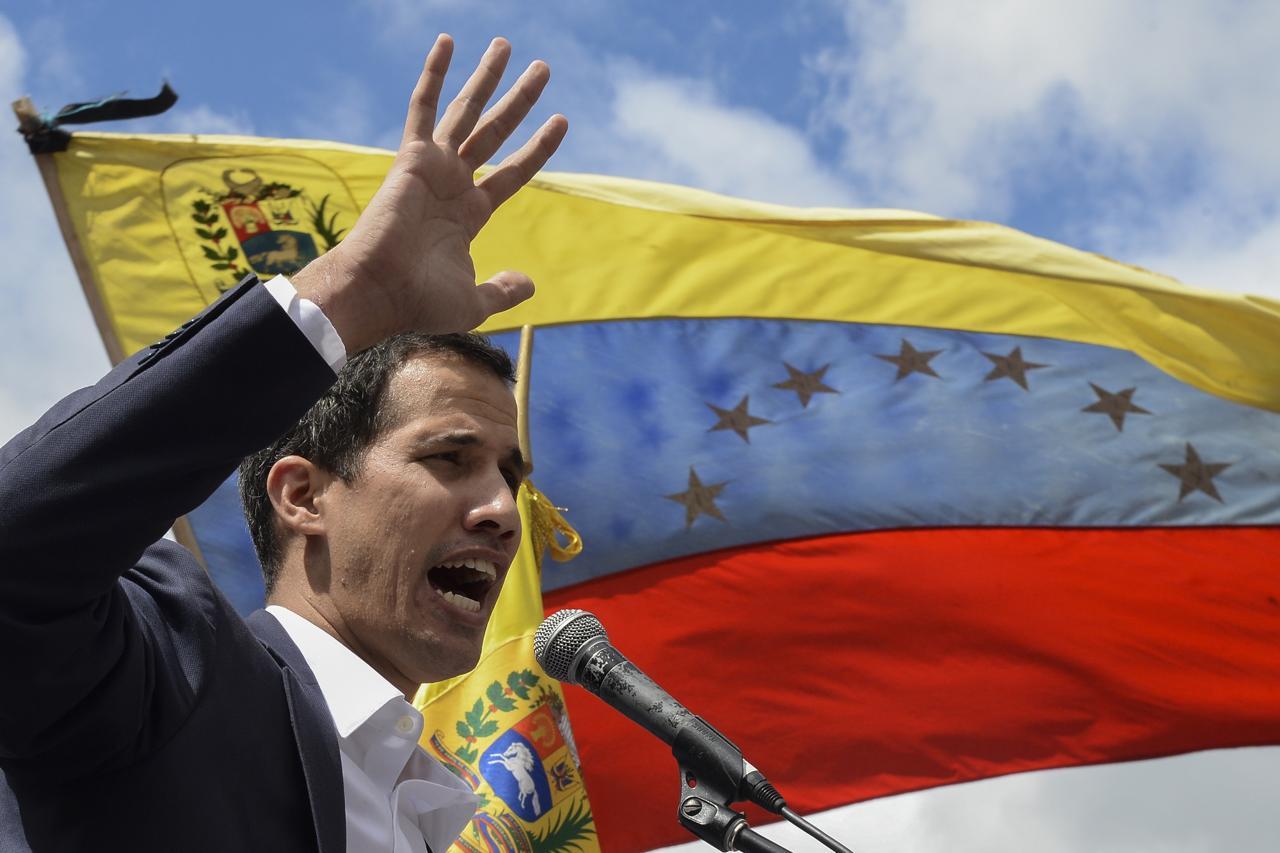 Guaidó si autoproclama presidente: cosa succede in Venezuela