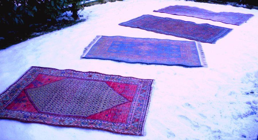 È nevicato? Approfittatene per pulire i tappeti persiani stendendoli al rovescio sulla neve pulita e battendoli con un battipanni. I tappeti si igienizzano e i colori tornano brillanti. Questo antico metodo ecologico di pulizia viene praticato da sempre nelle comunità iraniane. Foto di Cinzia Albertoni