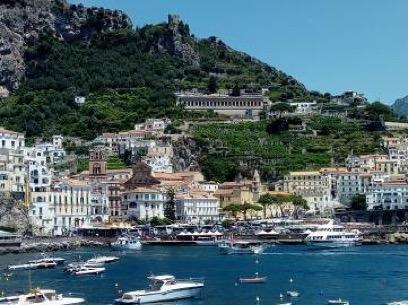 Vista di Amalfi dal molo