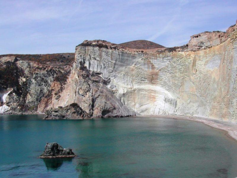 Bella e impossibile. L'incantevole spiaggia di Chiaia di Luna nell'isola di Ponza è ammirabile solo dal mare. La sua falesia tufacea  alta 100 m. rimane a rischio di frane e pertanto anche quest'estate la mitica falce di luna è  vietata al pubblico. Foto di Cinzia Albertoni