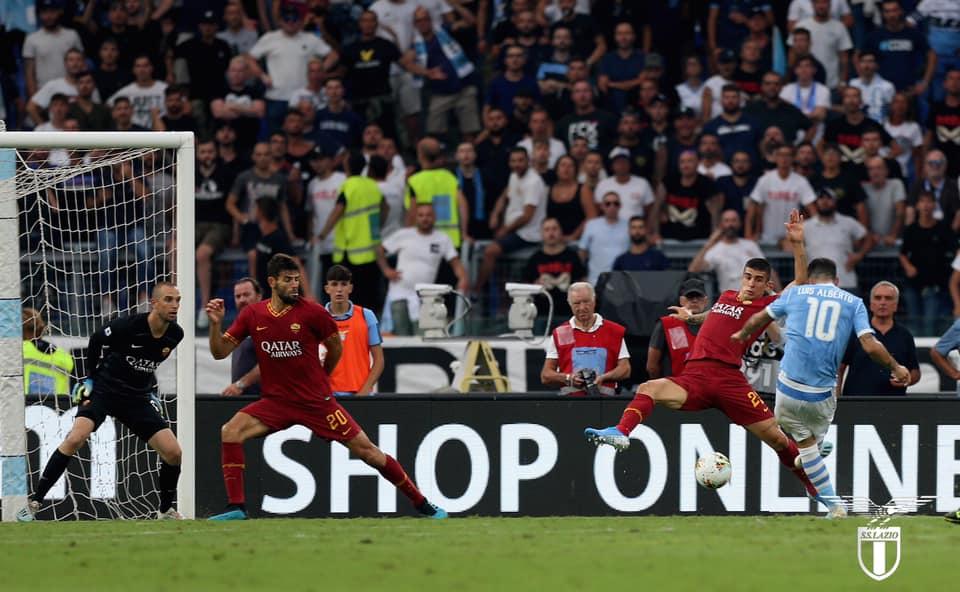 La Lazio ferma al palo, la Roma di rigore: 1-1 nel derby della Capitale