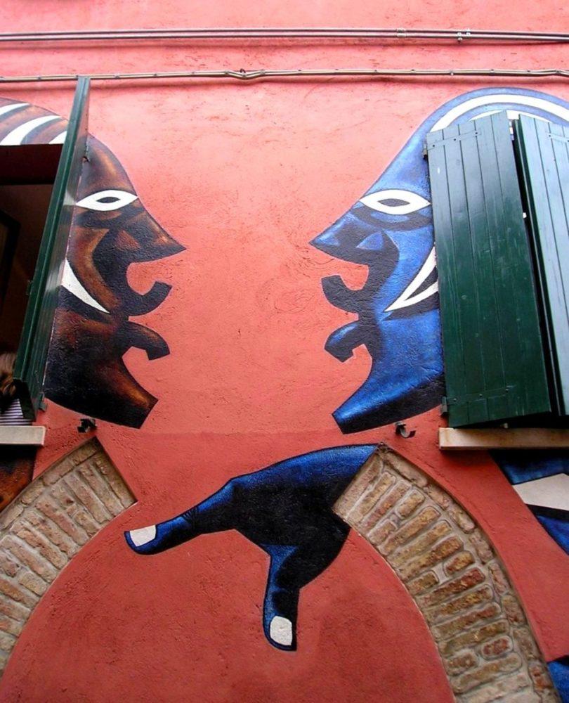 """Dal 1960 a oggi, più di 300 artisti hanno abbellito con i loro murales il borgo medievale di Dozza sulle colline di Imola. Negli anni dispari si svolge la """"Biennale del muro dipinto"""", che nel tempo ha trasformato le vie del paese in gallerie d'arte. Vi hanno partecipato maestri famosi come Licata, Sebastian Matta, Aligi Sassu, Bruno Saetti, Omar Galliani e tanti altri che hanno convertito il borgo in un museo all'aperto. Foto di Cinzia Albertoni."""
