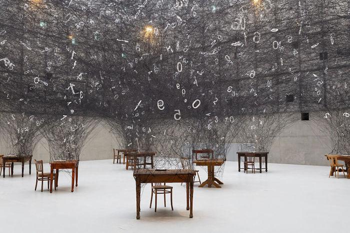Una monumentale installazione che immerge in un turbine di numeri
