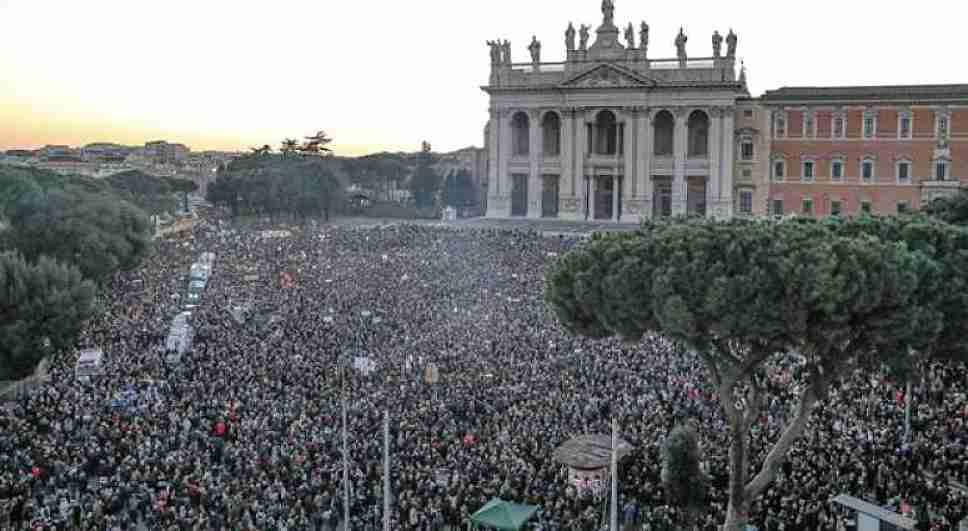 """Le Sardine a San Giovanni: """"abbiamo vinto 113 piazze a zero in un mese"""""""