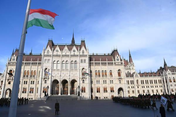 Ungheria: approvata legge che vieta l'adozione a coppie single e omosessuali