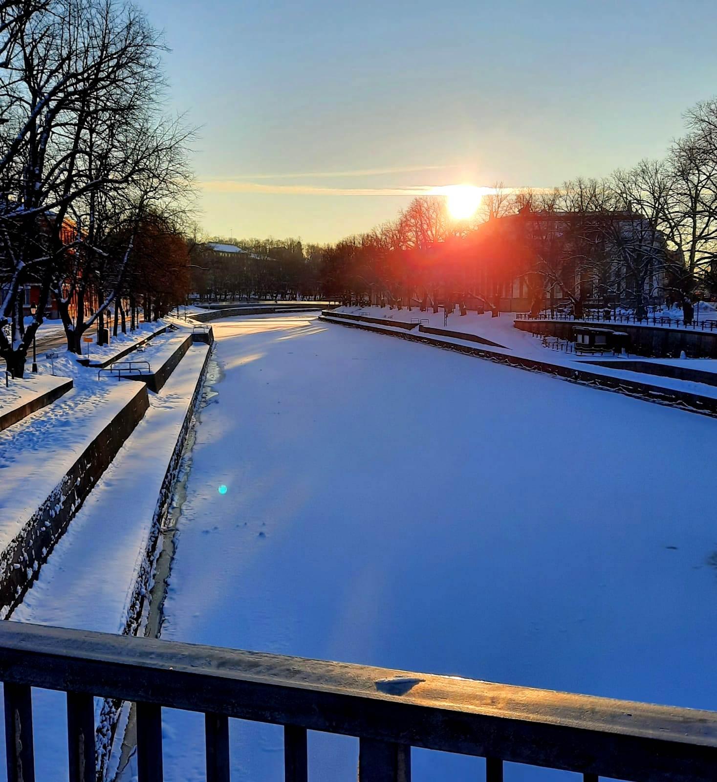 Il fiume ghiacciato Aurajoki  che attraversa la città di Turku in Finlandia.  Foto di Anna Bottazzi.